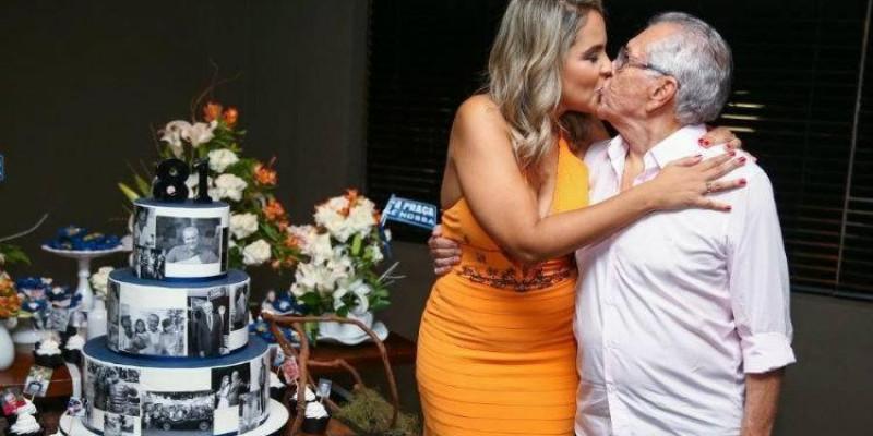 Carlos Alberto de Nóbrega anuncia casamento com mulher 44 anos mais jovem
