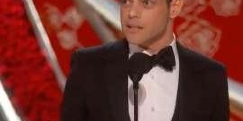 Rami Malek leva tombo após receber Oscar de Melhor Ator