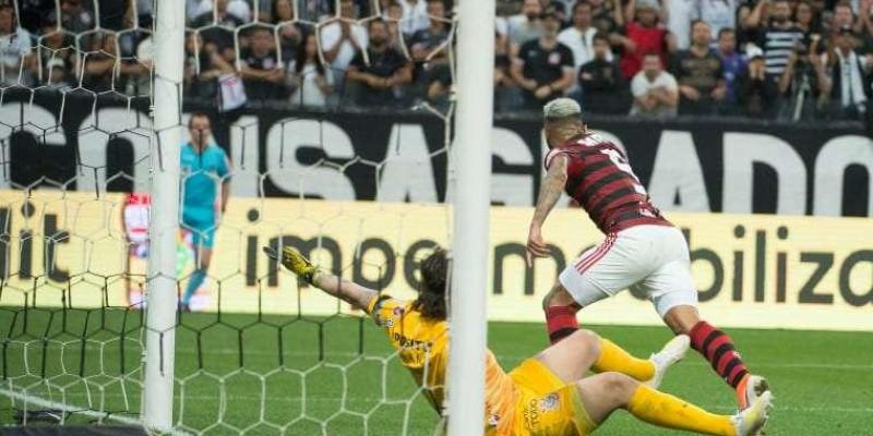 Corinthians pode ser punido por copo arremessado em Gabigol