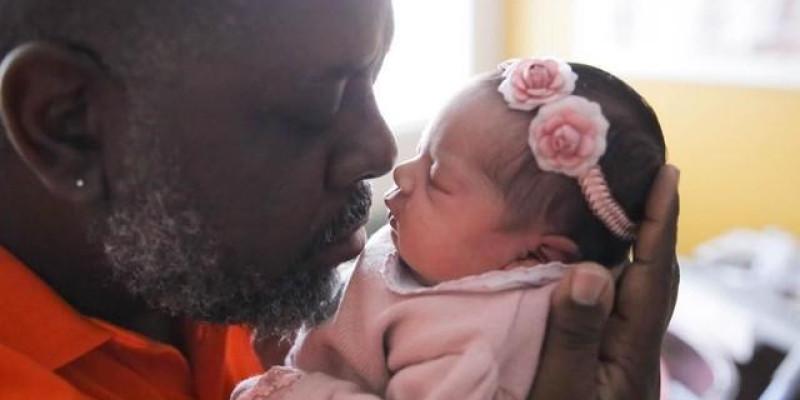 Péricles mostra foto da filha recém-nascida e se declara: 'Há uma semana, minha vida mudou'
