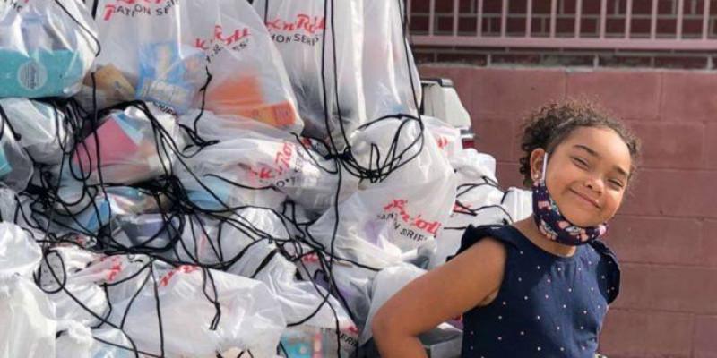 Menina de 6 distribui 'bolsas da felicidade' para pessoas que vivem nas ruas