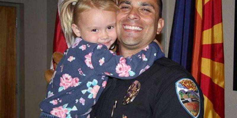 Policial adota menina que socorreu por violência doméstica