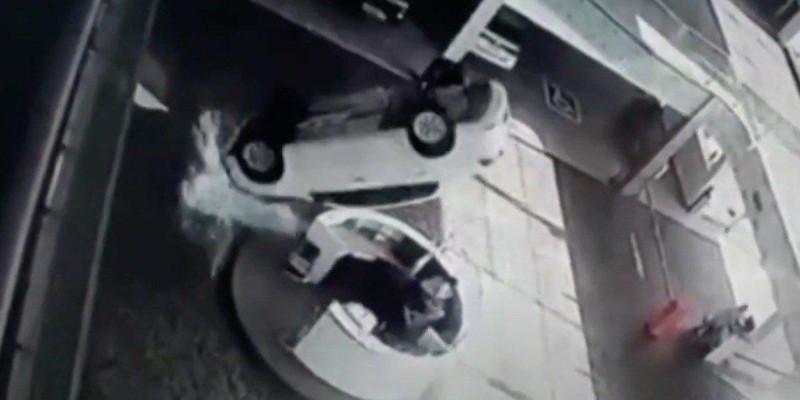 Carro cai de 2º andar de concessionária e atinge duas funcionárias