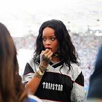 Climão! Rihanna rejeita camisa da Seleção Brasileira dada por Deborah Secco