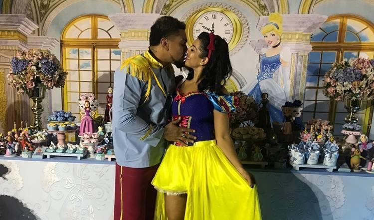 Moranguinho e Naldo Benny se fantasiam de Branca de Neve e Príncipe no aniversário da filha