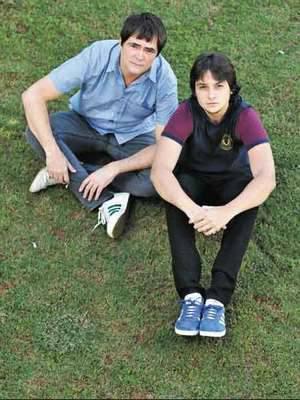 Samuel Rosa participa do show de lançamento do álbum de estreia da banda Daparte, de seu filho