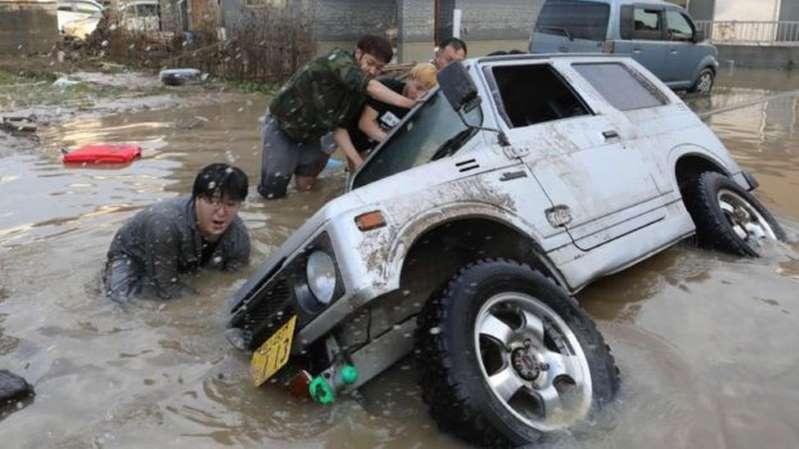 brasileiros perdem casas nas enchentes e vão para abrigos no Japão