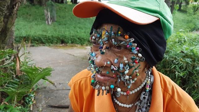 Gari com mais de 100 piercings se destaca no Parque Municipal de Belo Horizonte: