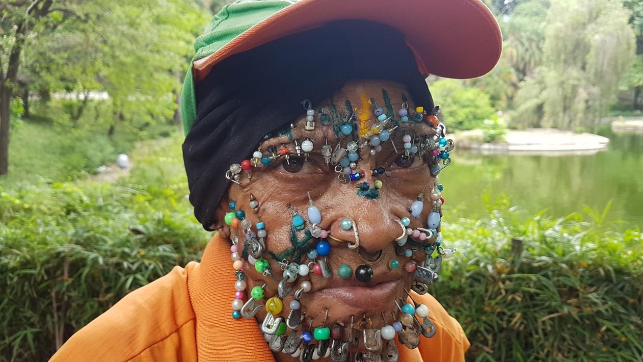 Gari com mais de 100 piercings se destaca no Parque Municipal de Belo Horizonte: 'eu fiz a moda'