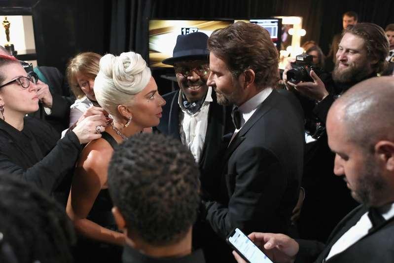 Lady Gaga e Bradley Cooper nos bastidores do Oscar