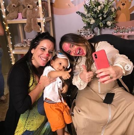 Claudia Leitte posa com o marido e filhos no chá de bebê para a filha, Bela