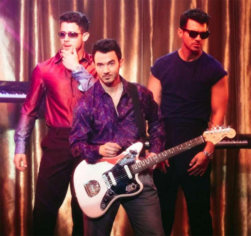 Jonas Brothers lançam clipe com estética dos anos 1980