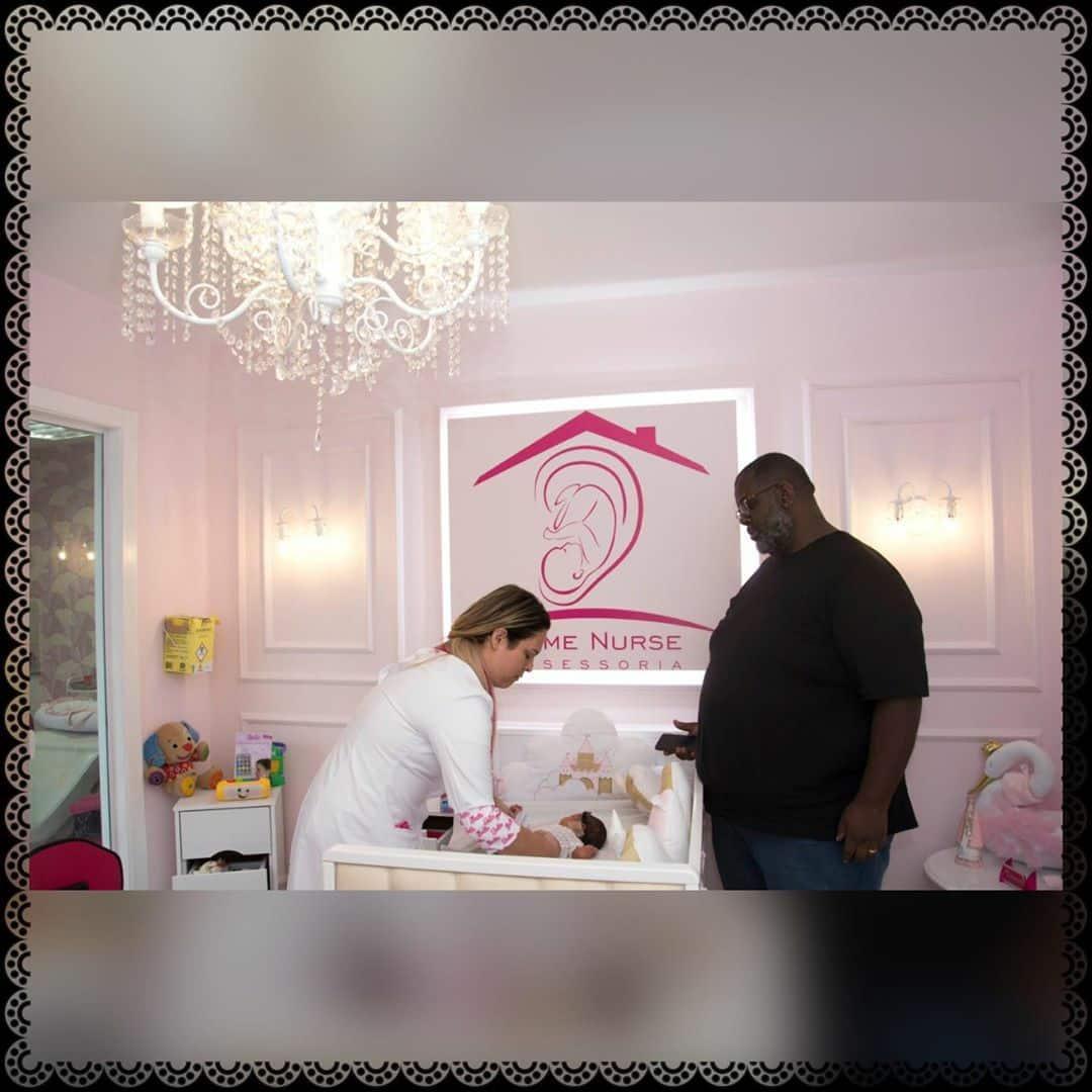 Péricles mostra foto da filha recém-nascida e se declara: