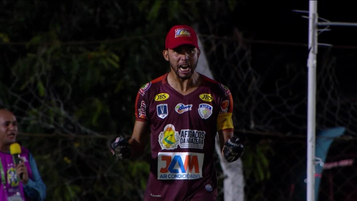 Peça importante na vitória sobre o Atlético-MG, o goleiro da equipe do Afogados-PE, Wallef, virou assunto na internet com seu estilo