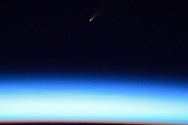 """Fotógrafos registram cometa que está passando """"perto"""" da Terra"""