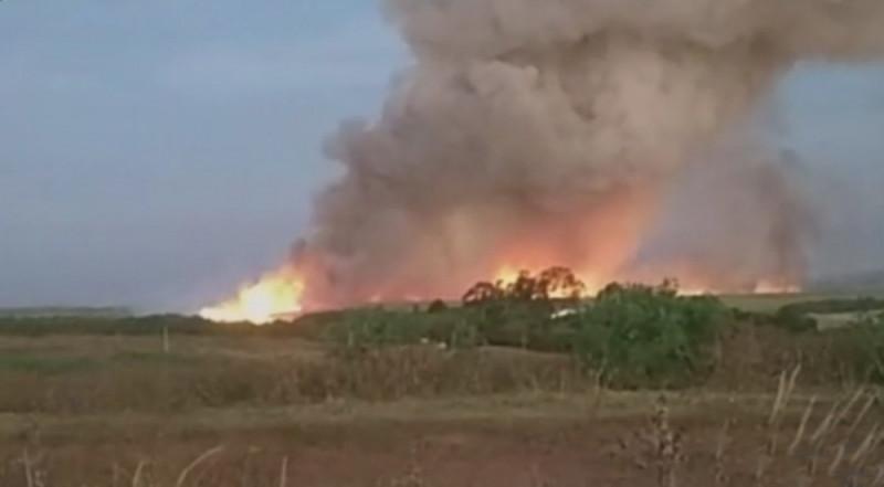 Área de vegetação pega fogo entre três cidades da região